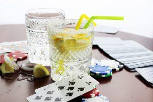 Spelkort och drinkar